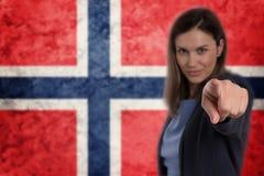 Härlig affärskvinna som pekar hennes finger på dig norsk fla Royaltyfri Fotografi
