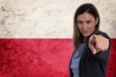Härlig affärskvinna som pekar hennes finger på dig polsk flagga b Royaltyfria Bilder