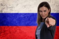 Härlig affärskvinna som pekar hennes finger på dig rysk flagga Royaltyfria Foton