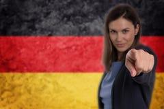 Härlig affärskvinna som pekar hennes finger på dig tysk flagga b Fotografering för Bildbyråer