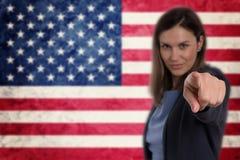 Härlig affärskvinna som pekar hennes finger på dig tysk flagga b Arkivfoto