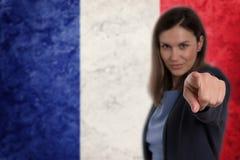 Härlig affärskvinna som pekar hennes finger på dig tysk flagga b Royaltyfri Bild