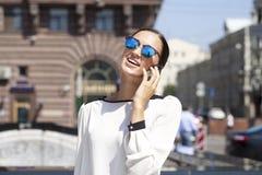 Härlig affärskvinna som stannar till telefonen arkivbilder