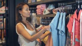 Härlig affärskvinnaköpandekläder arkivbild