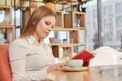 Härlig affärskvinnaläsning Arkivbild