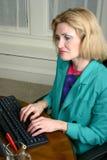 Härlig affärskvinnamaskinskrivning på datoren royaltyfria bilder