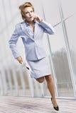 härlig affärskvinnarunning Royaltyfri Foto