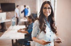 Härlig affärskvinnastående i modernt företagskontor arkivfoton