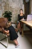 Härlig affärsmoder med hennes liten flicka arkivbilder