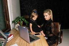 Härlig affärsmoder med hennes liten flicka arkivfoton