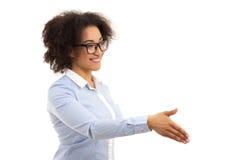 Härlig afrikansk amerikanaffärskvinna som är klar till handskakningiso Royaltyfria Foton