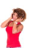 Härlig afrikansk amerikankvinna som lyssnar till Royaltyfri Foto