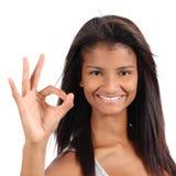 Härlig afrikansk amerikanmodellkvinna som ok gör en gest arkivfoton