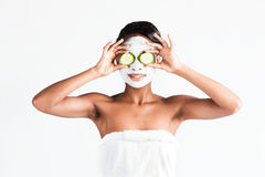 Härlig afrikansk kvinna i studio med den ansikts- maskeringen royaltyfri foto