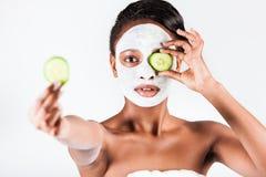 Härlig afrikansk kvinna i studio med den ansikts- maskeringen royaltyfria bilder