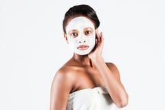 Härlig afrikansk kvinna i studio med den ansikts- maskeringen Arkivbild