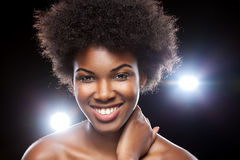 Härlig afrikansk kvinna med den afro frisyren Royaltyfri Foto