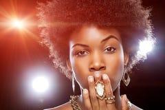 Härlig afrikansk kvinna med den afro frisyren Arkivfoton
