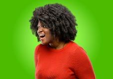 Härlig afrikansk kvinna med lockigt hår som isoleras över grön bakgrund royaltyfri foto