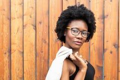 Härlig afrikansk kvinna utomhus Arkivfoto