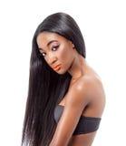 Härlig afrikansk modell med långt hår Arkivfoton