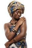 Härlig afrikansk modemodell i traditionell klänning. Royaltyfri Fotografi