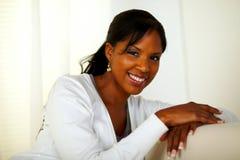 Härlig afro-American kvinna som ler på dig Arkivbild