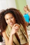 Härlig afro flicka som vilar på idrottshallen Arkivbild