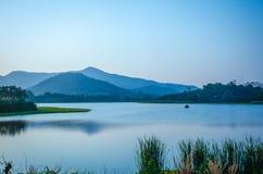 Härlig afton på sjön i Thailand Arkivbild