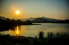 Härlig afton på sjön i Thailand Royaltyfria Bilder