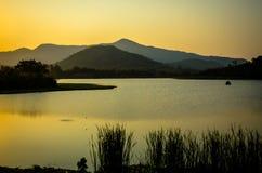 Härlig afton på sjön i Thailand Fotografering för Bildbyråer