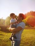 Härlig aftonsolnedgång, lycklig fader och son, sommar Arkivbild