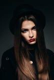 Härlig allvarlig kvinna i svart hatt Arkivfoto