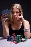 Härlig allvarlig kvinna som spelar poker i kasino royaltyfri bild