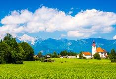 Härlig alpin by i Slovenien Royaltyfri Fotografi