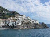 Härlig Amalfi kustsikt från havet Arkivbild