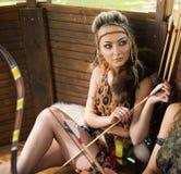 Härlig amazon kvinna som poserar med pilbågen Fotografering för Bildbyråer