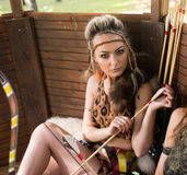 Härlig amazon kvinna som poserar med pilbågen Arkivbild