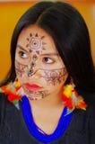 Härlig amazonian exotisk kvinna för Headshot med ansikts- målarfärg och svarta klänningen som allvarligt poserar för kamera, skog Arkivfoto