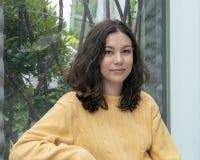 Härlig Amerasian kvinna som poserar på semester i Seattle, Washington arkivfoton