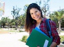 Härlig amerikansk kvinnlig student som skrattar på kameran arkivbilder