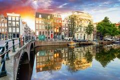 Härlig Amsterdam solnedgång Typiska gamla holländarehus på briden arkivfoton