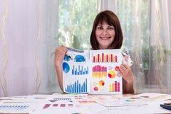 Härlig analytiker med affärsgrafer arkivfoton