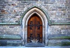Härlig arkitektur av den bakre ingången in i den gamla kyrkan i centrum av Birmingham, Förenade kungariket Arkivbilder