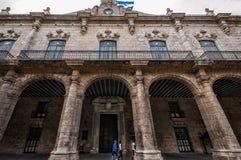 Härlig arkitektur i den äldsta plazaen i havannacigarr med den kubanska flaggan Arkivfoton