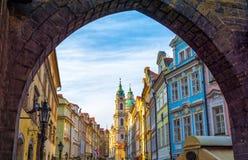 Härlig arkitektur i gammal del av Prague - Mala Strana, Tjeckien Royaltyfri Bild