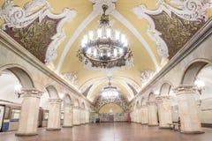 Härlig arkitektur i Komsomolskaya tunnelbanastation på Moskva Arkivbilder