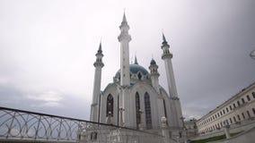 Härlig arkitektur och kultur av staden Den majestätiska vita templet med ett grönt tak står på fyrkanten och lager videofilmer