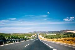 Härlig asfaltmotorväg, motorway, huvudväg i Andalusia, Spanien royaltyfri fotografi