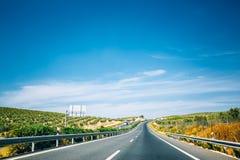 Härlig asfaltmotorväg, motorway, huvudväg i Andalusia, Spanien arkivfoto